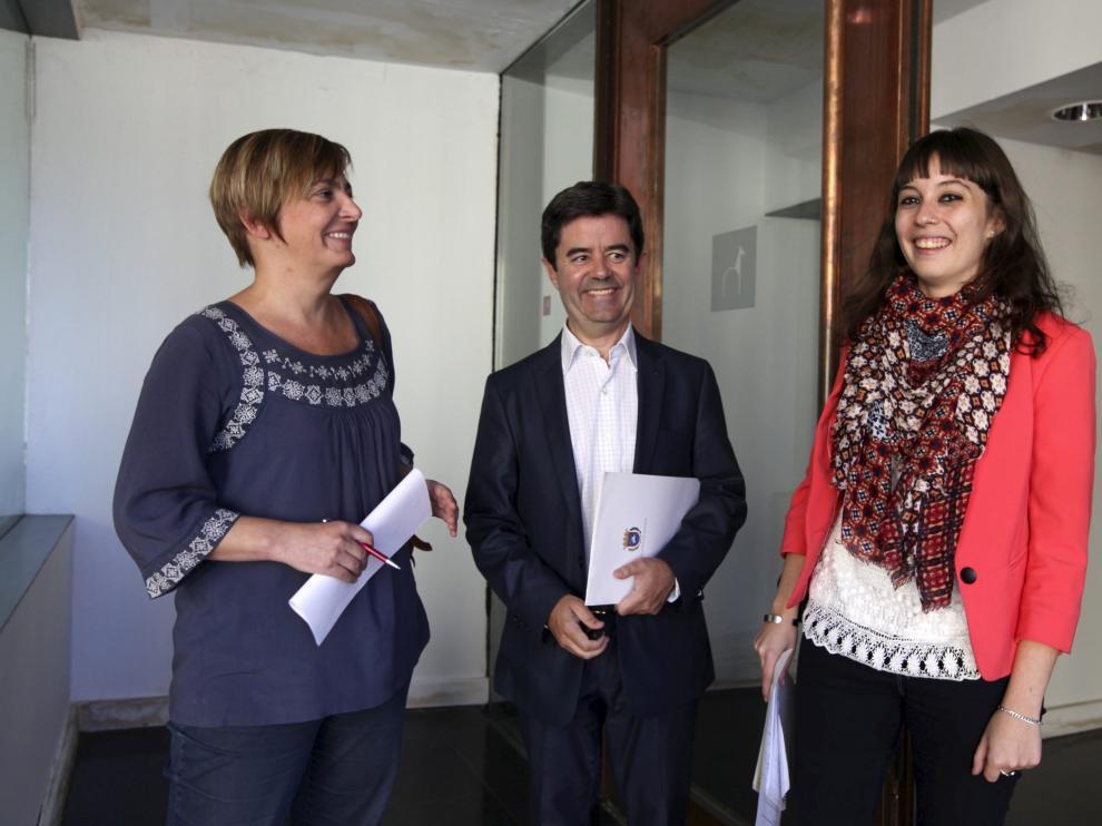 Pilar Novales (Cambiar), y  Mary Romero (Aragón Sí Puede), con Luis Felipe (PSOE).