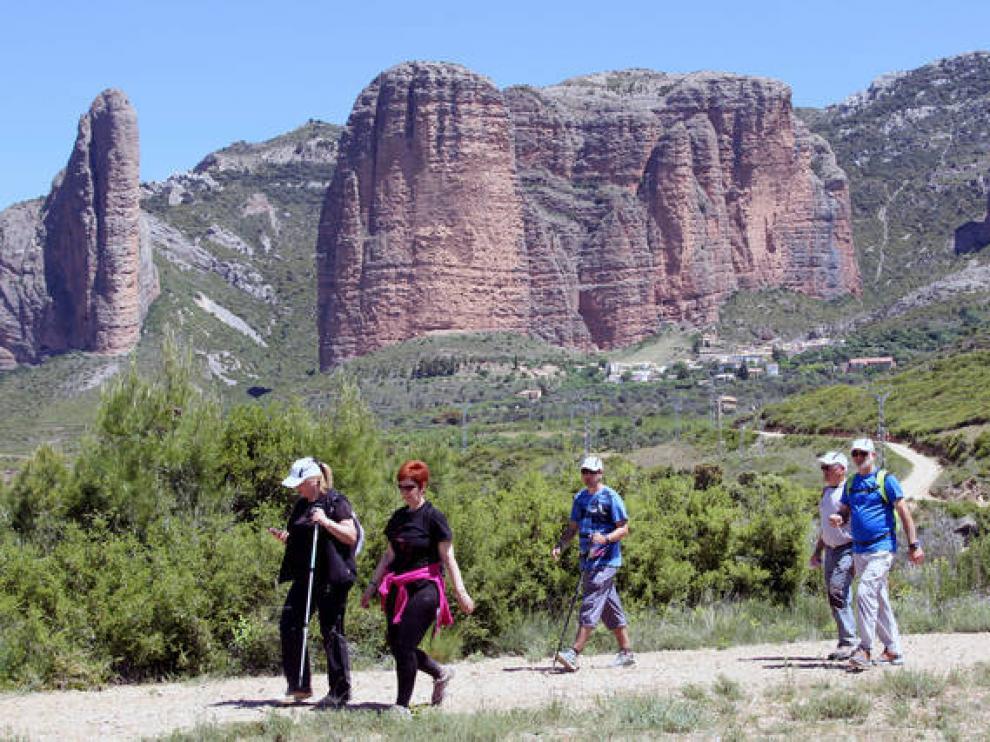 Caminantes por la ruta de los Castillos, entre Bolea y Murillo.