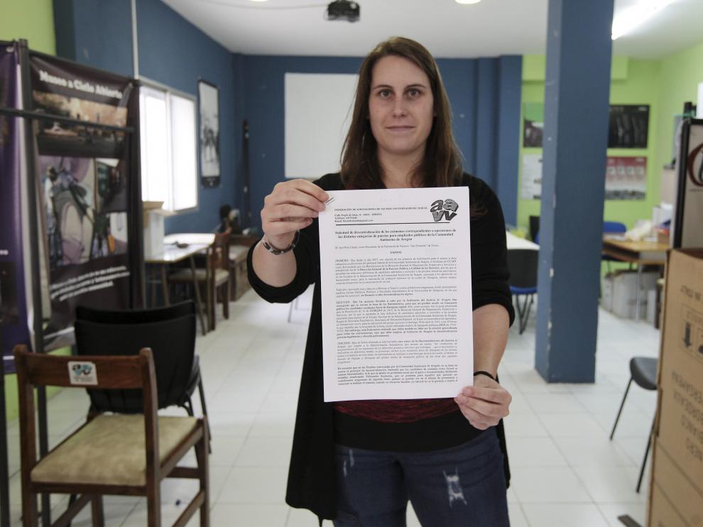 Patricia Blasco, de la asociación vecinal, muestra el escrito de queja enviado a la DGA y al Justicia.