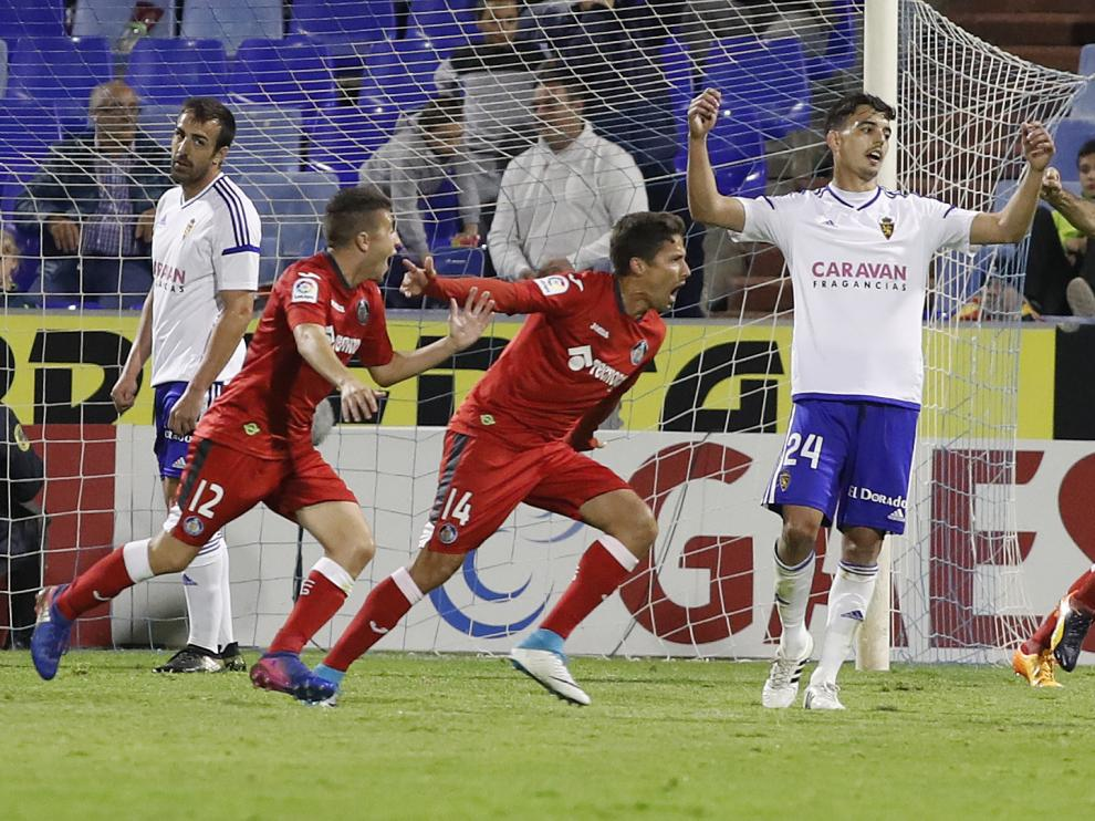 Edu Bedia se lamenta del segundo gol del Getafe en La Romareda.