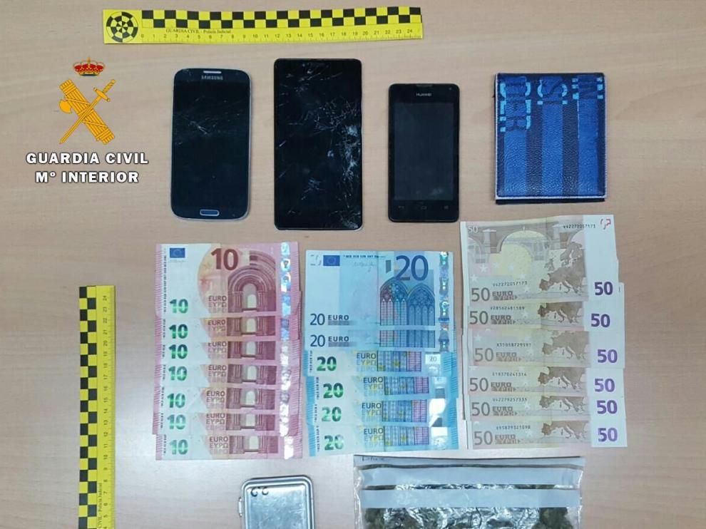 Los artículos intervenidos al conductor detenido por un supuesto delito de tráfico de drogas.