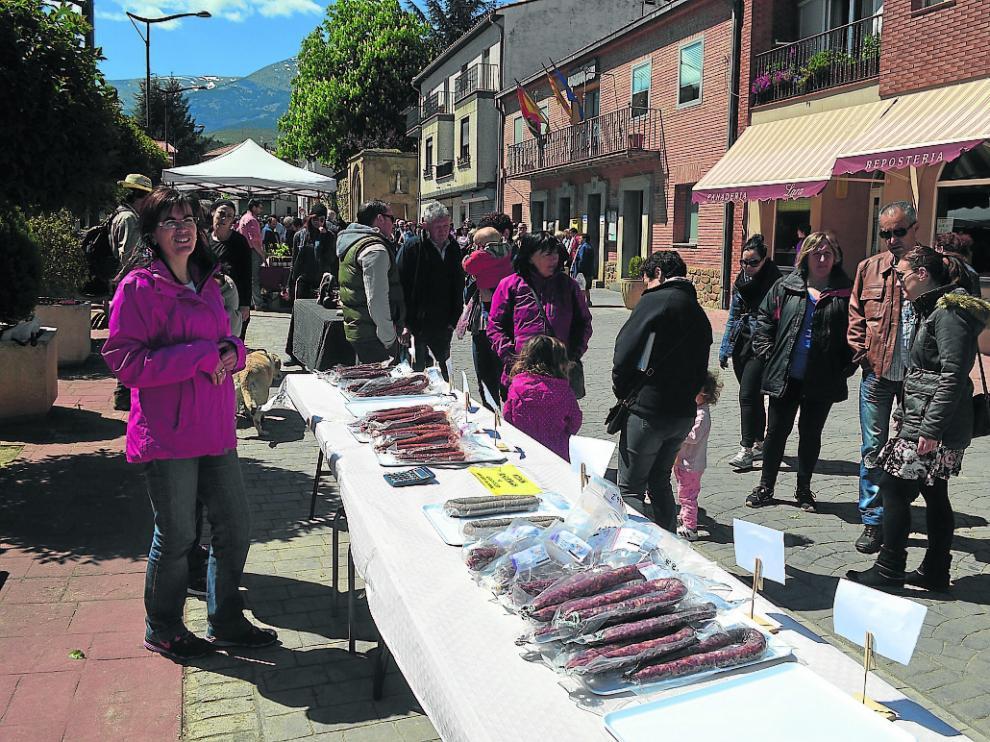 Los visitantes pudieron comprar ayer longaniza de boletus y chorizo de carne de caza.