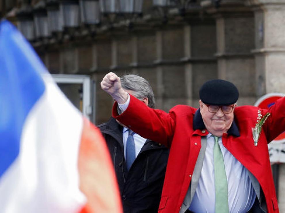 Jean-Marie Le Pen en el tradicional homenaje que rinde cada 1 de mayo a Juana de Arco.