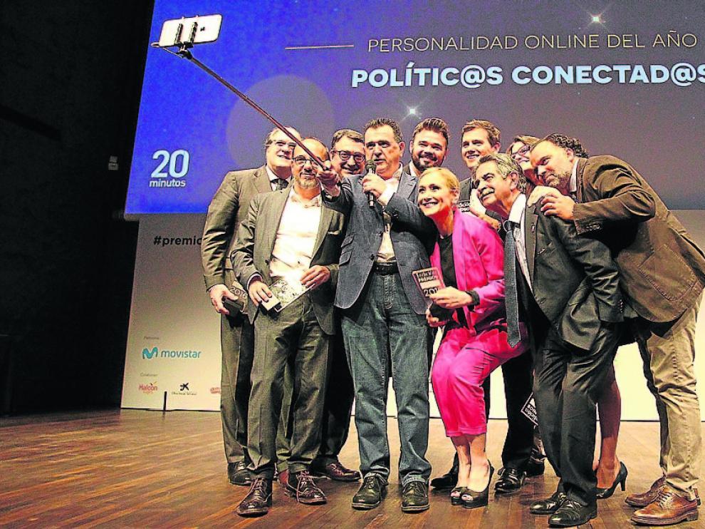 Arsenio Iglesias, director editorial de '20minutos', en un selfie con los 'Políticos conectados', en compañía de Fernando de Yarza López-Madrazo, Presidente de Henneo, ayer en la gala de los Premios 20Blogs.