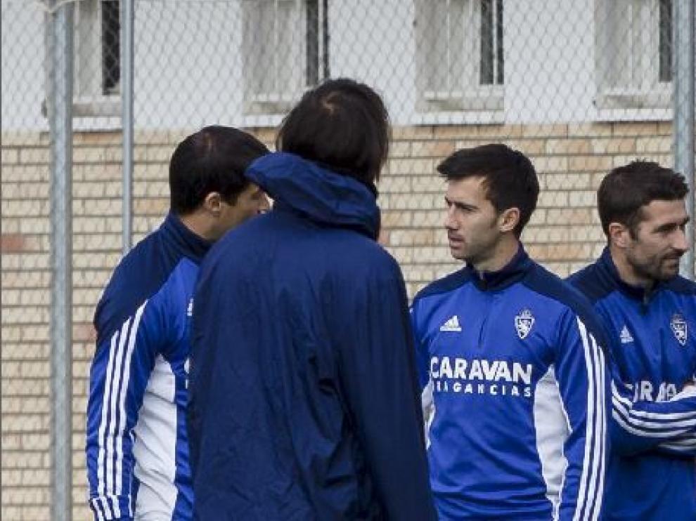 Lanzarote, en el centro, charla con Saja y Samaras (de espaldas), con Cani en el grupo.