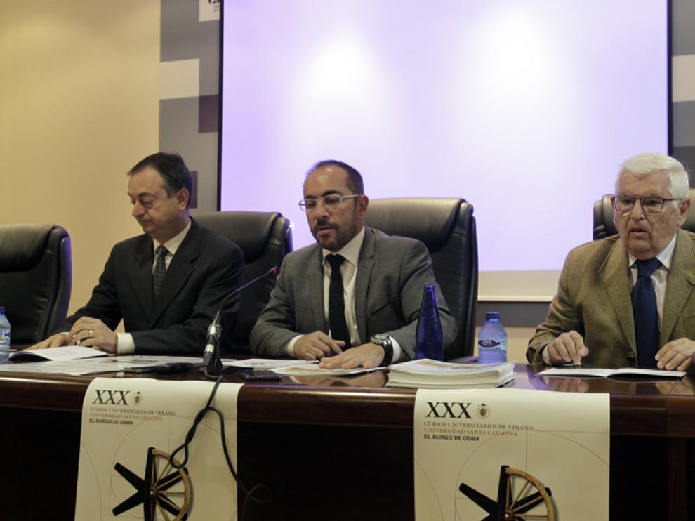 El presidente de la Diputación Provincial, Luis Rey, en el centro de la imagen, durante la presentación de los cursos de Santa Catalina junto al alcalde de El Burgo, Jesús Alonso, y el director de la FCCR, Juan Manuel Ruiz Liso.