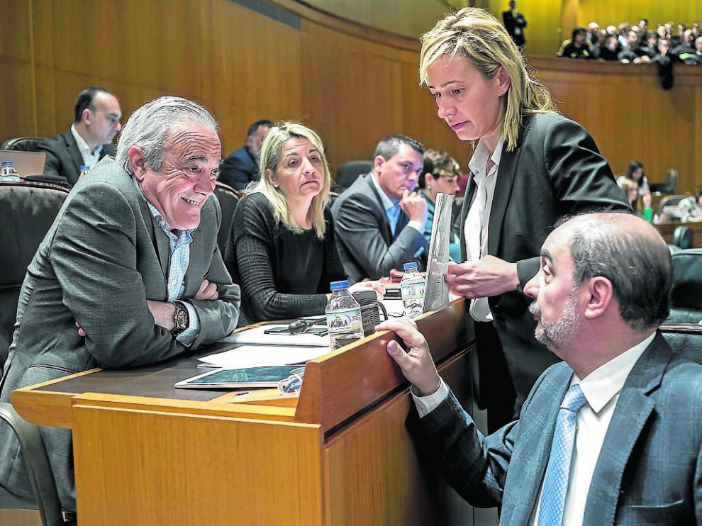 Gastón habla con el portavoz del PSOE, Javier Sada y el presidente aragonés, Javier Lambán.