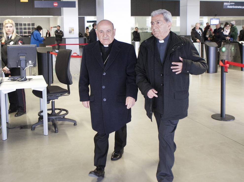 El arzobispo de Zaragoza, Vicente Jiménez, y el vicario general, Manuel Almor, en los juzgados.