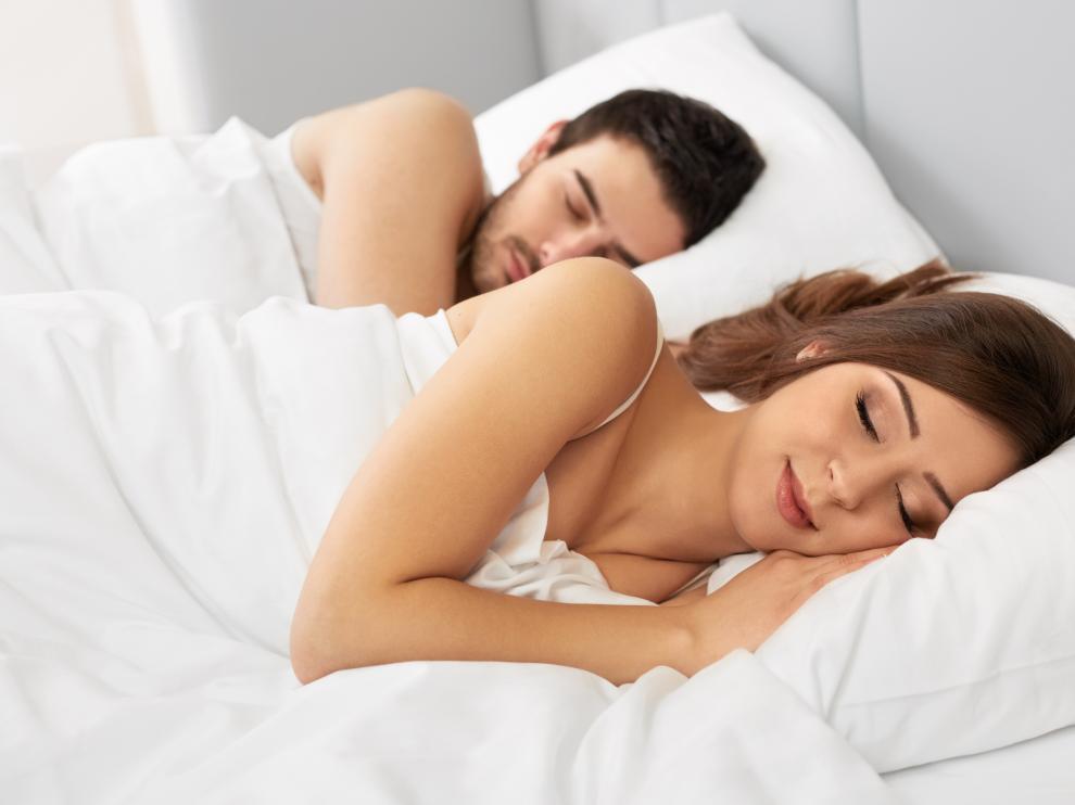 Las mujeres duermen más que los hombres, según los datos de una app para monitorizar el sueño.