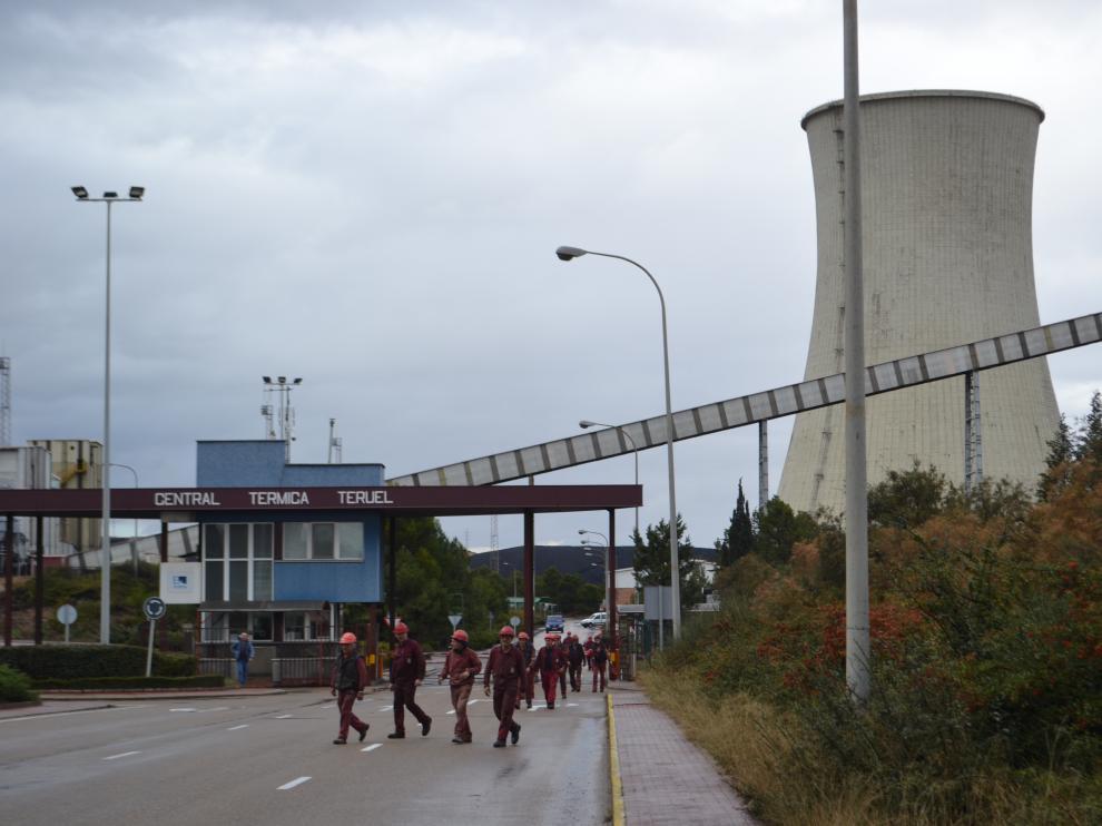 Un turno de empleados sale de la térmica de Andorra.