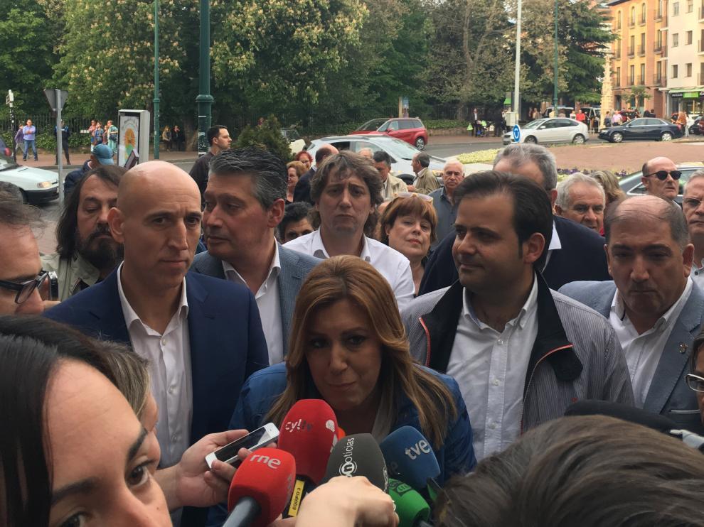 Susana Díaz atiende a los medios con Carlos Martínez, alcalde de Soria, tras ella en su visita a León, este jueves.