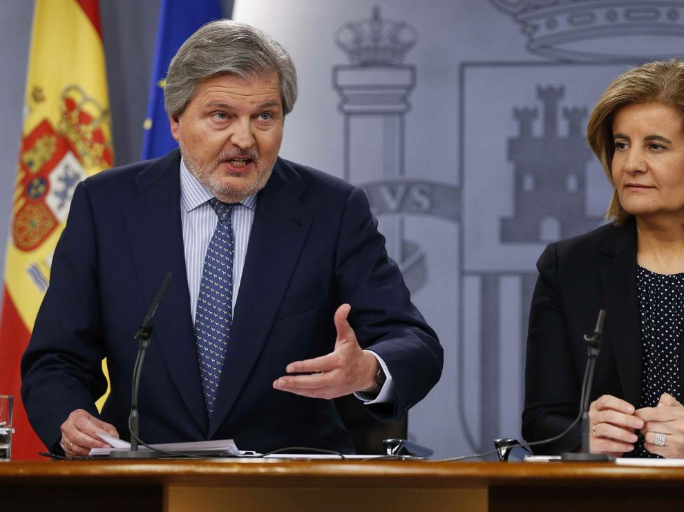 Los ministros Iñigo Méndez de Vigo y Fátima Báñez, ayer tras el Consejo de Ministros.
