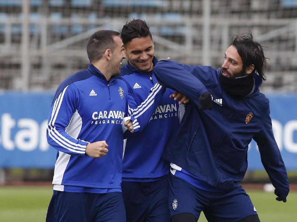 Samaras bromea con Marcelo Silva y José Enrique en el entrenamiento del Real Zaragoza.