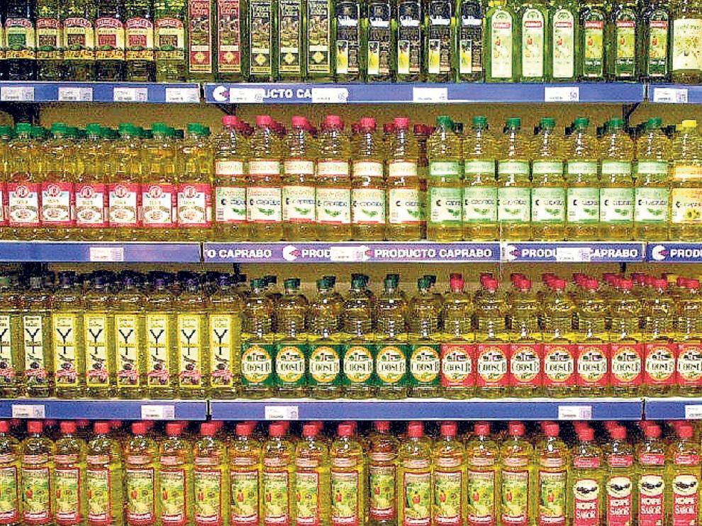 Lineales de un supermercado con una variada oferta de marcas de aceite de oliva.