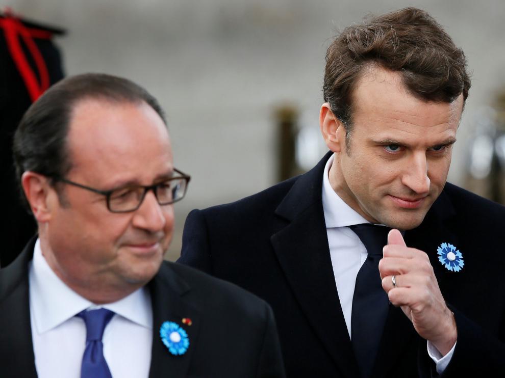 El presidente electo de Francia, Emmanuel Macron, junto al mandatario saliente, François Hollande, en el homenaje a las víctimas de la Segunda Guerra Mundial.