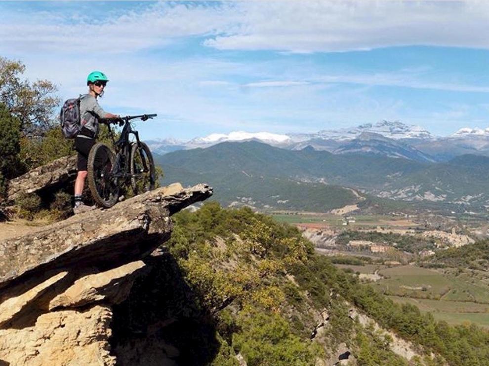 Una 'biker' contempla la espectacular vista que ofrece la ruta Miradores de Aínsa y Morillo.
