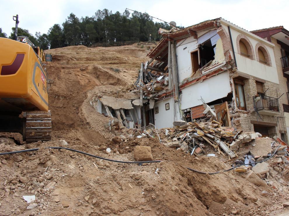 Retirada de escombros y tierra deslizada de Pui Pinos, junto a una de las casas destrozadas.