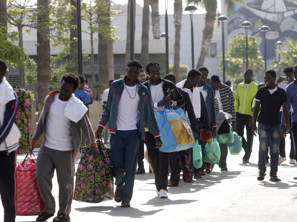 Un centenar de inmigrantes se dirigen hacia el Centro de Estancia Temporal de Inmigrantes  (CETI) de Melilla.