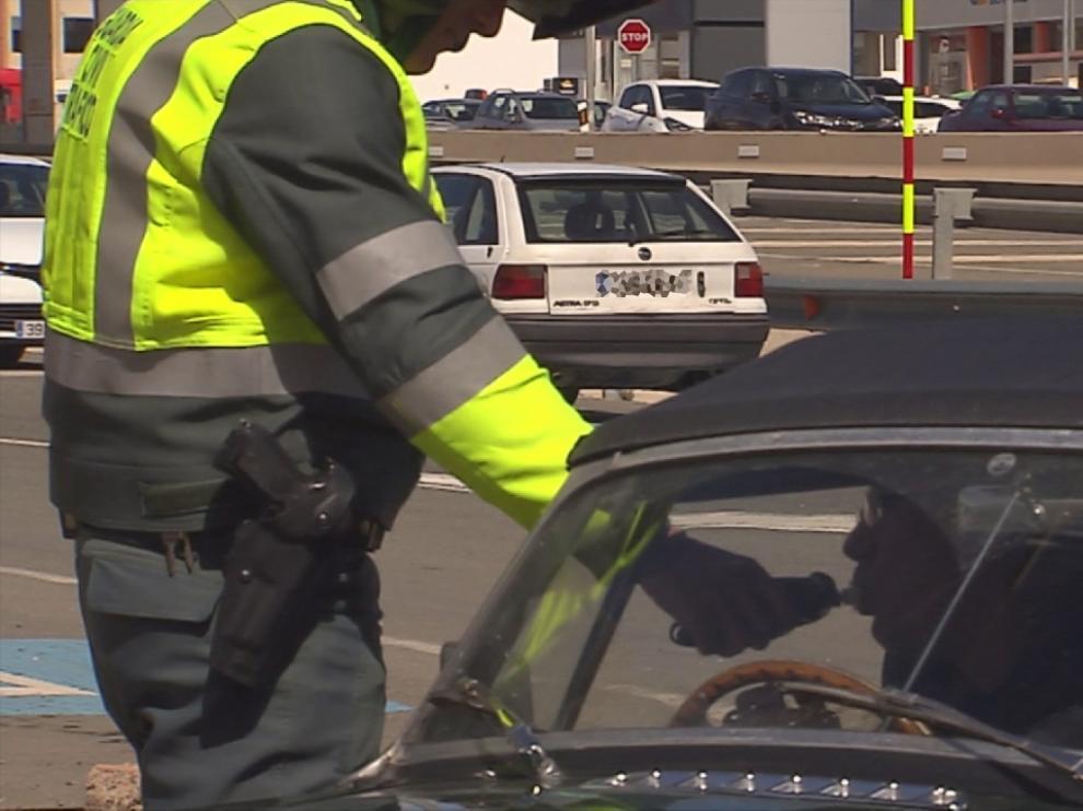 Un Guardia Civil realiza la prueba a un conductor, en una foto de archivo.