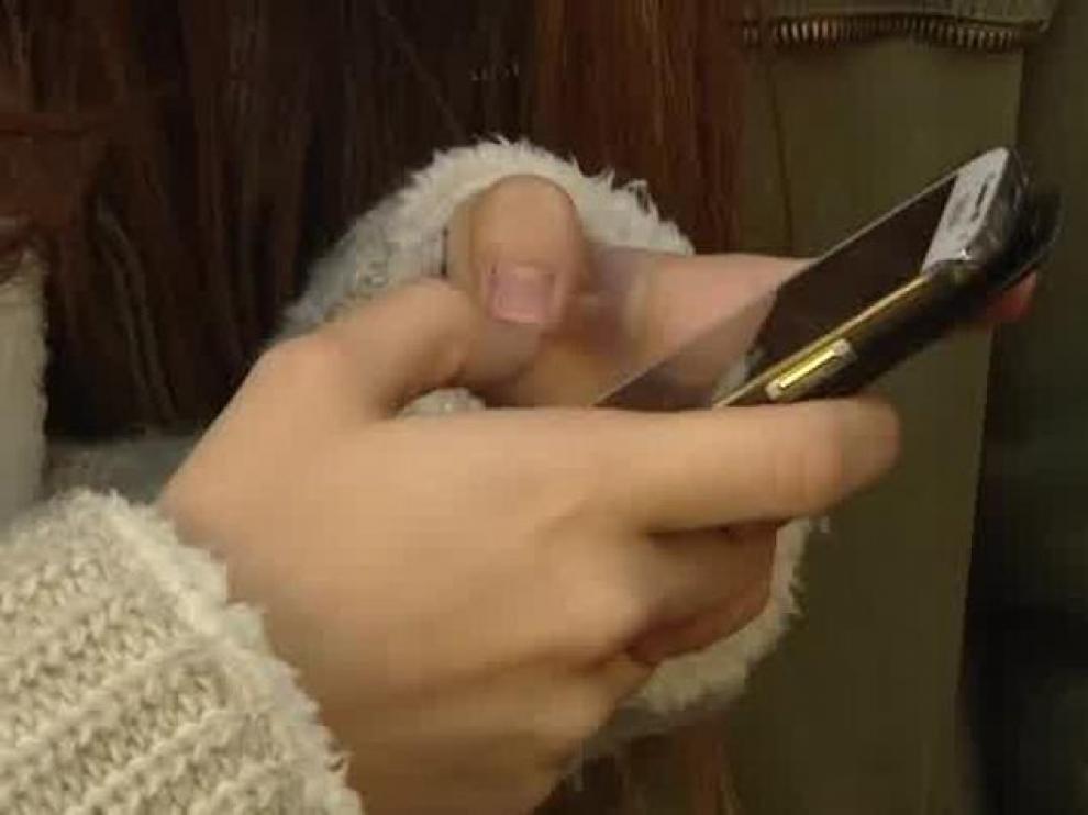 """El 20% de los adolescentes reconoce estar """"enganchado"""" al móvil"""