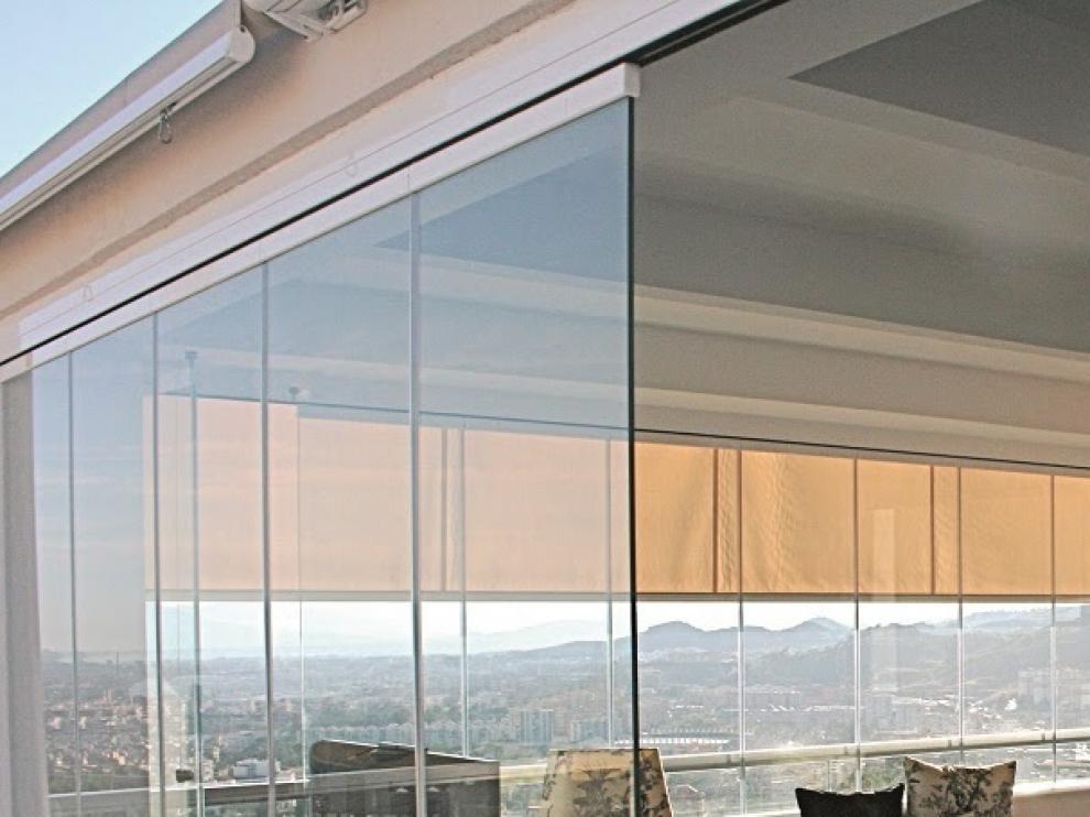 Todos los hogares y negocios, son susceptibles de poder incorporar una cortina de cristal, ya sea en exterior o interior.