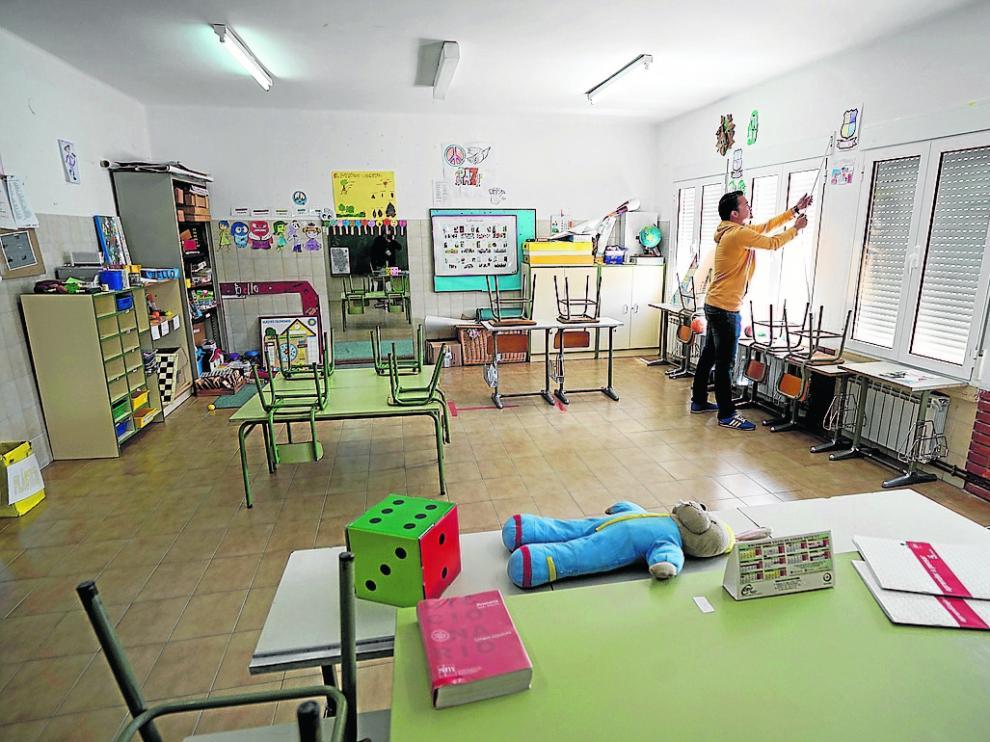 Un profesor del CRA, en una de las aulas vacías de la escuela de Bello.