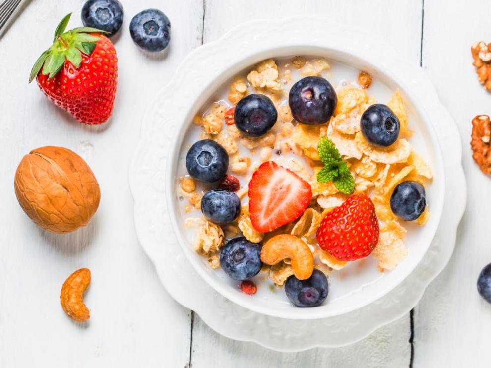 La fruta, la avena y los frutos secos son grandes aliados en una dieta saludable.