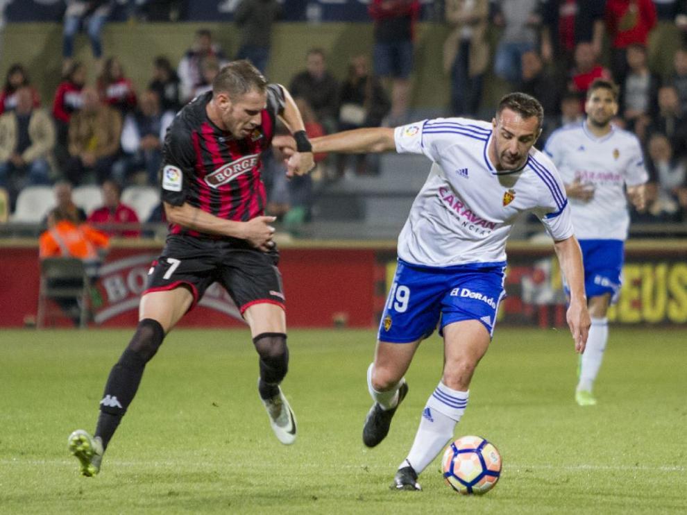 José Enrique comete falta sobre Querol, el pasado domingo en el partido Reus-Real Zaragoza.
