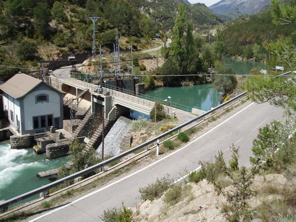 La N-260 a su paso por el puente sobre la presa de Argoné, en el acceso a Senz y Viu.