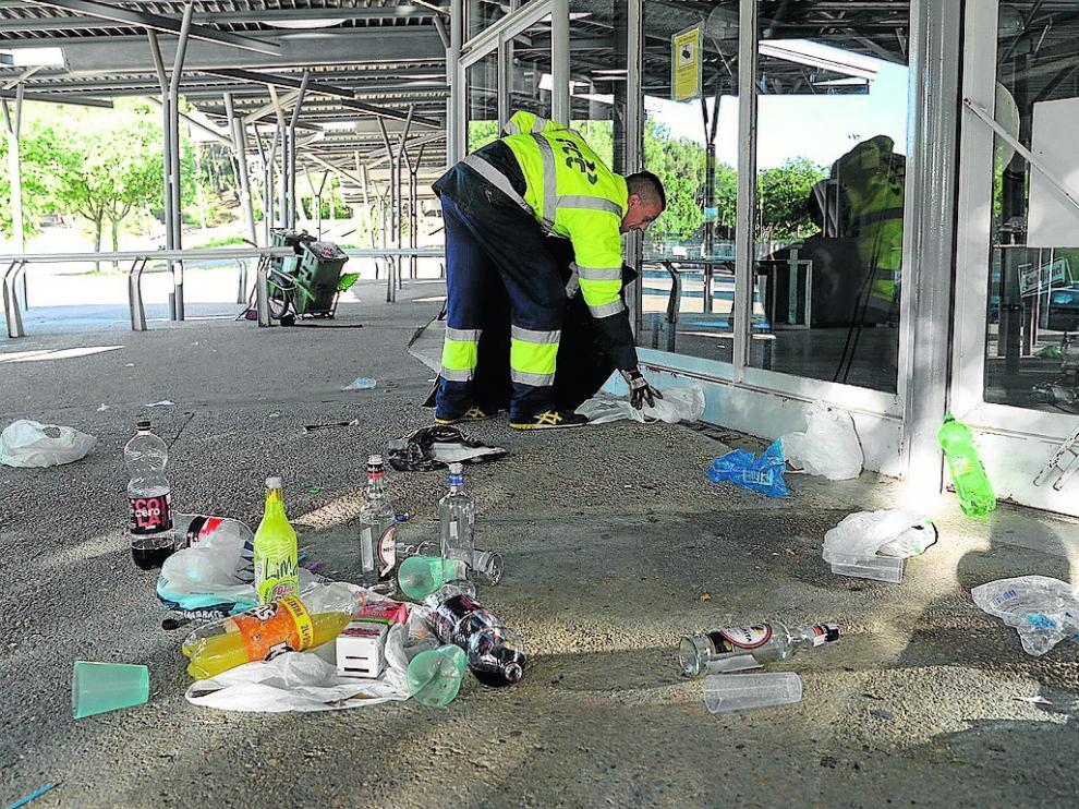 Recogida de basura tras la 'Cerradura' universitaria.