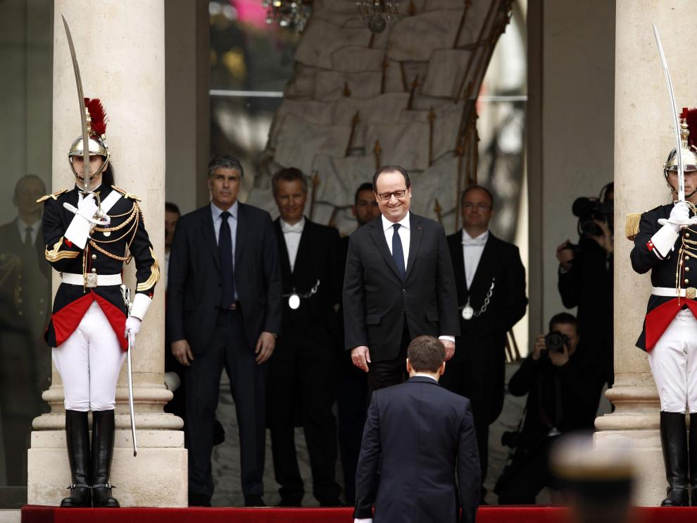 François Hollande recibe a Emmanuel Macron a su llegada al Elíseo