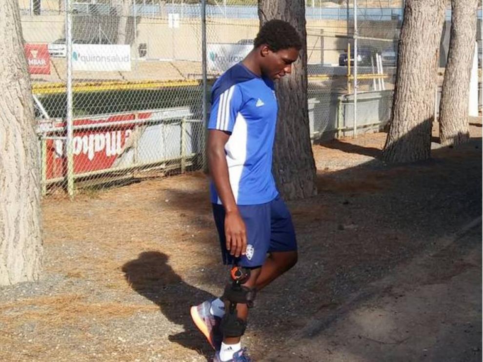 Dongou camina con la aparatosa férula que portó durante los primeros meses de la temporada, tras su primera operación de rodilla.