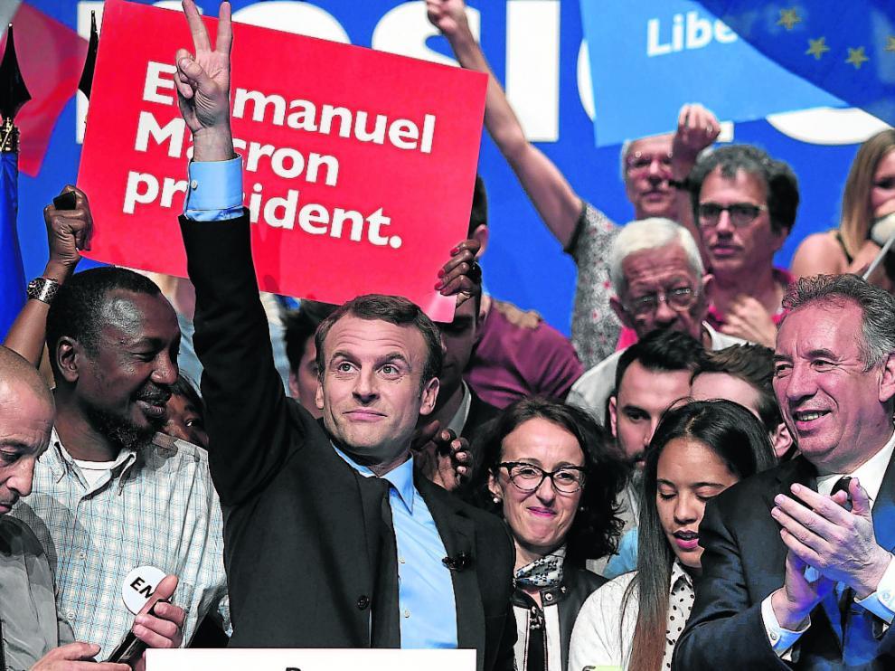 Mitin de las presidenciales en abril en Pau. Macron levanta la mano en señal de victoria y su aliado Bayrou le aplaude.