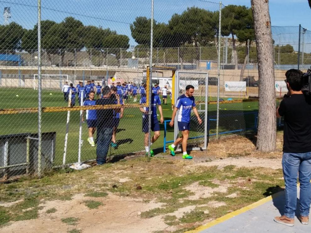 Xumetra, en cabeza del grupo, se dirige este lunes a la sesión de vídeo con la que Láinez comenzó el entrenamiento en la Ciudad Deportiva.