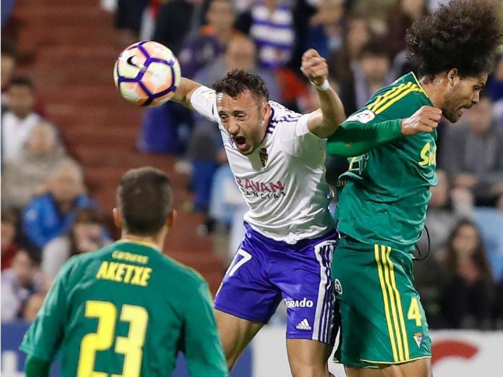 Xumetra, el pasado sábado ante el Cádiz, salta en pugna por un balón con el central Aridane, ante la mirada de Aketxe.