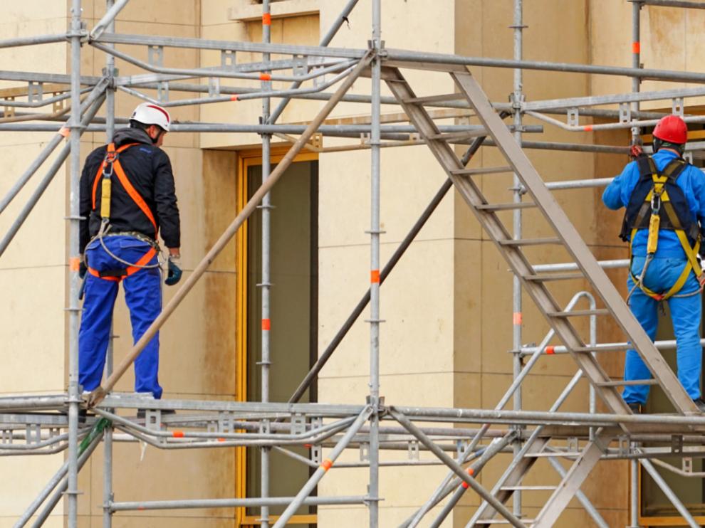 En la rehabilitación de edificios se suelen emplear procesos y técnicas constructivas artesanales y medios manuales