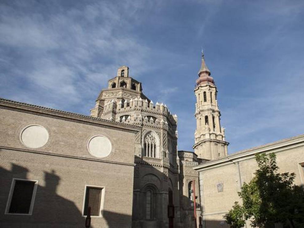 La catedral del Salvador, con su paño mudéjar, vista desde la plaza de San Bruno.