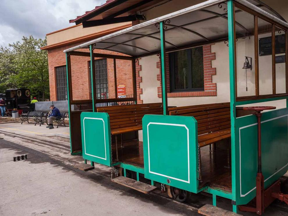 El coche de viajeros restaurado permitirá llevar al doble de personas en el tren minero.