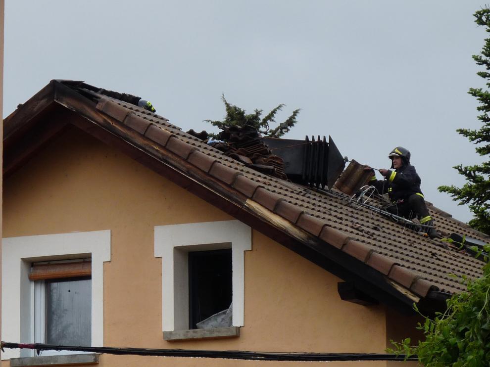 El incendio de una chimenea provoca daños materiales en la cubierta de una vivienda en Jaca.
