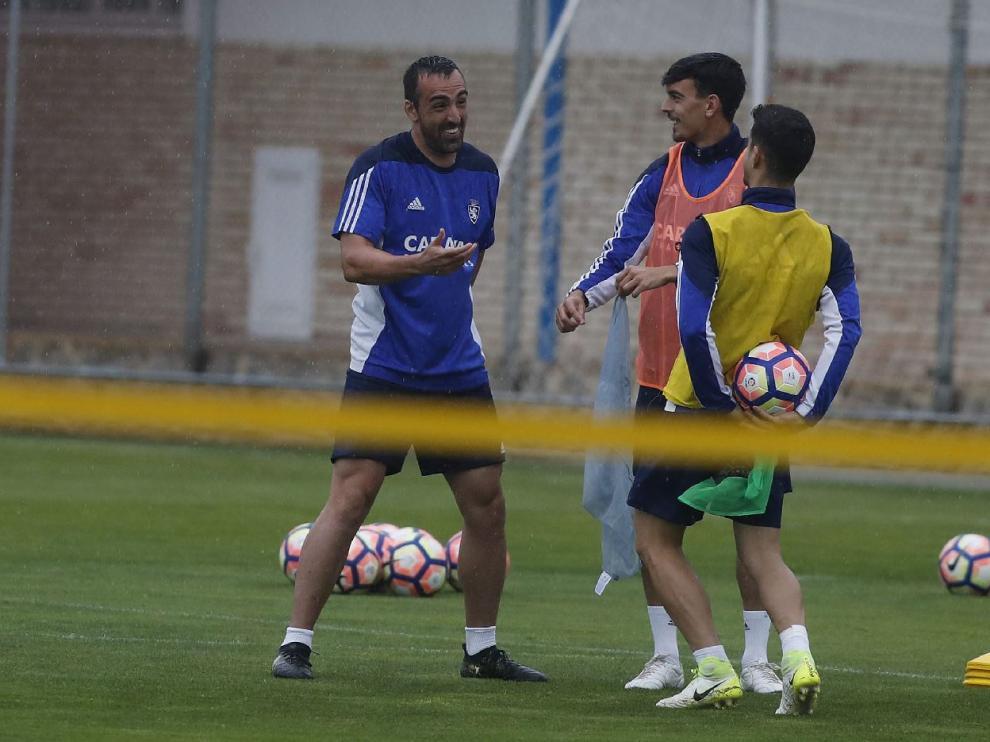 Edu Bedia, en el centro, en un momento distendido del entrenamiento bajo la lluvia de este jueves, junto a Ros (con el balón, de espaldas) y José Enrique.