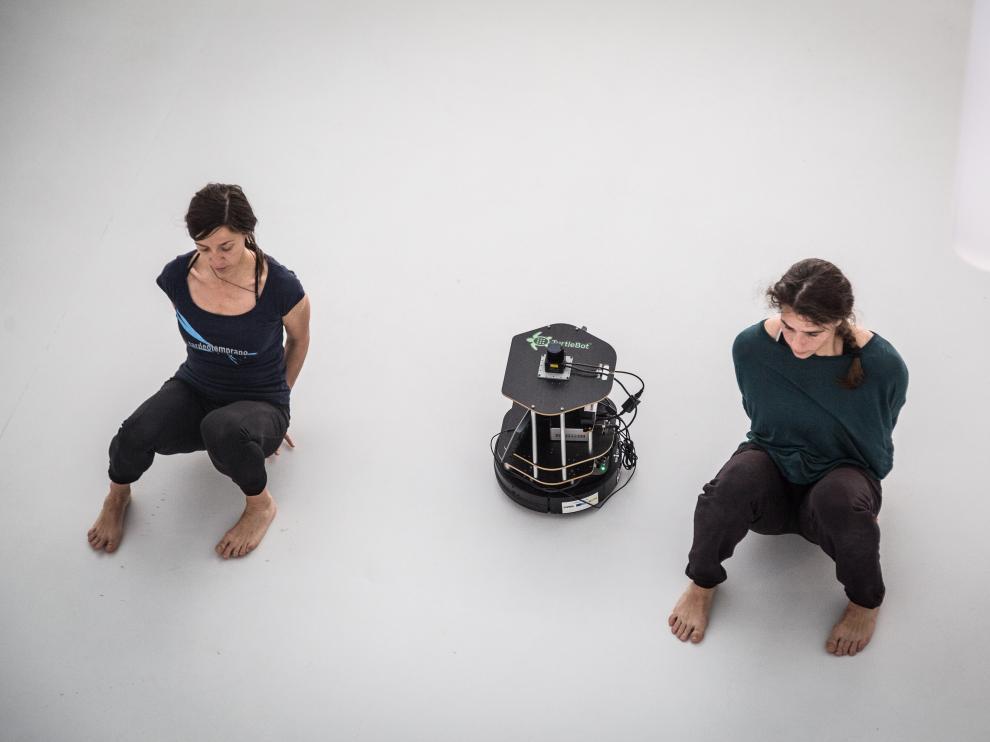 Bailarines y robots montando juntos la obra de danza que representarán en Etopia el 22 de junio