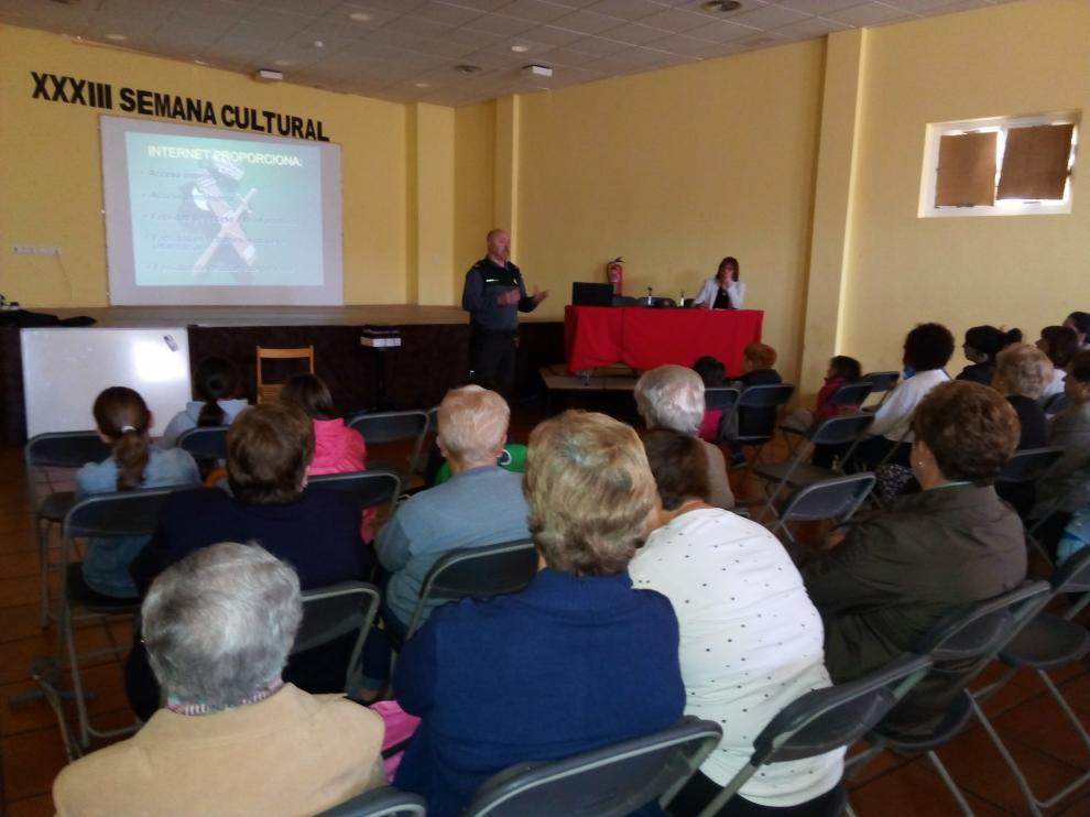 La charla transcurrió en el pabellón municipal con decenas de personas de público.