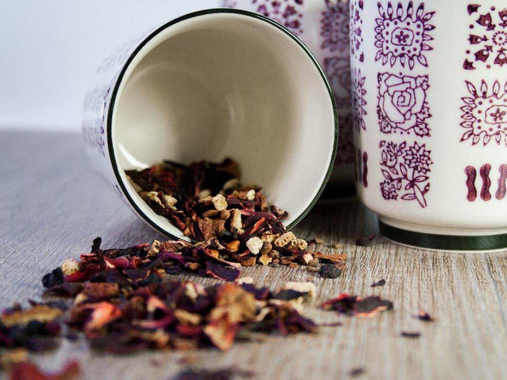 Hojas secas de té listas para cocer y degustar.