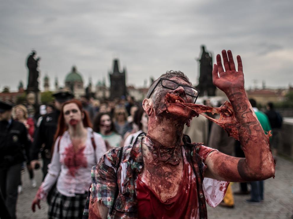 Cientos de zombis recorren calles de Praga