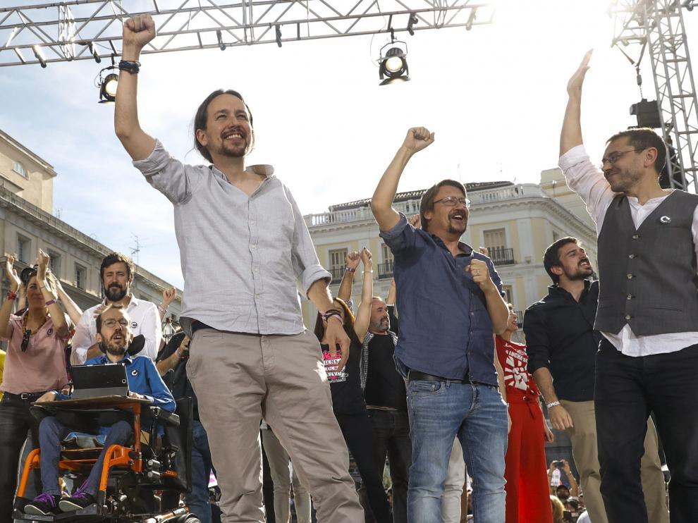 Pablo Iglesias, Echenique y otros líderes de Podemos sobre el escenario.