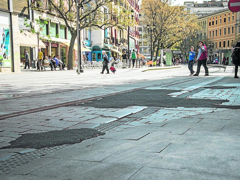 César Augusto. Los remiendos de asfalto sobre los adoquines se han tapado ahora con unas enormes planchas metálicas a la altura de la calle de Torrenueva para soportar el paso de los vehículos.