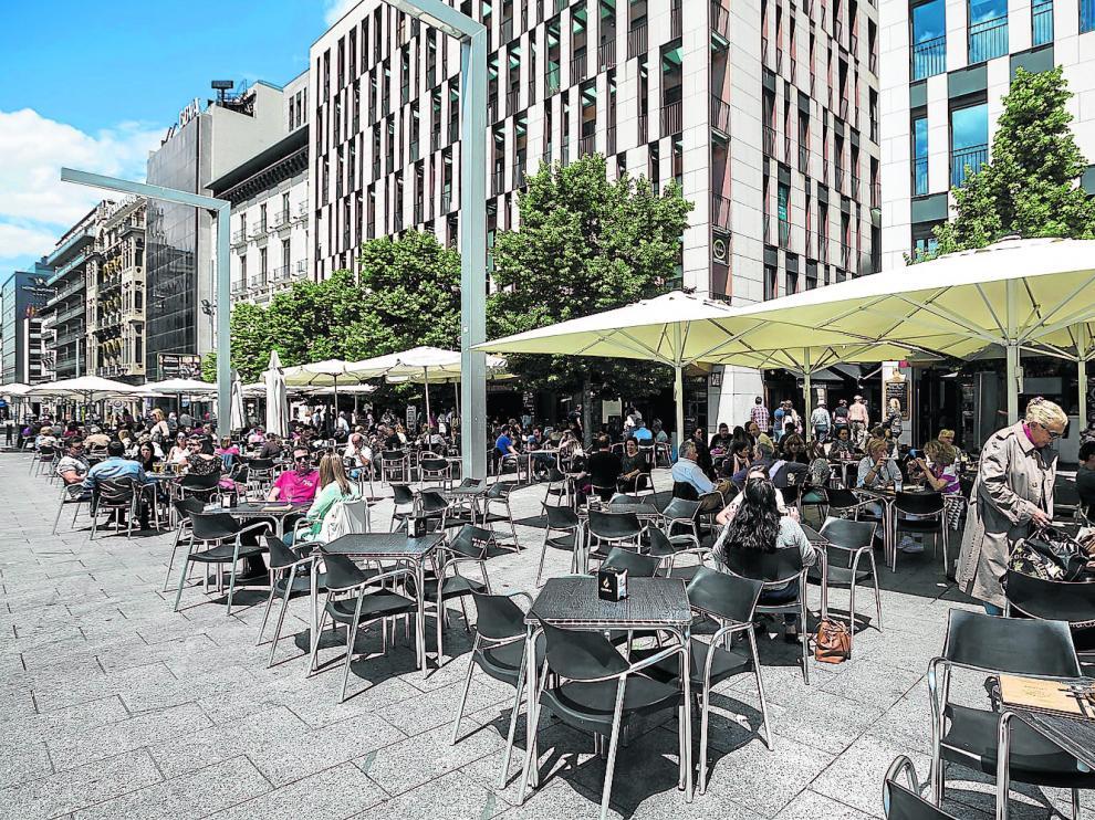 Algunas de las terrazas de la ciudad, como esta en la plaza de España, rondan el medio centenar de mesas.