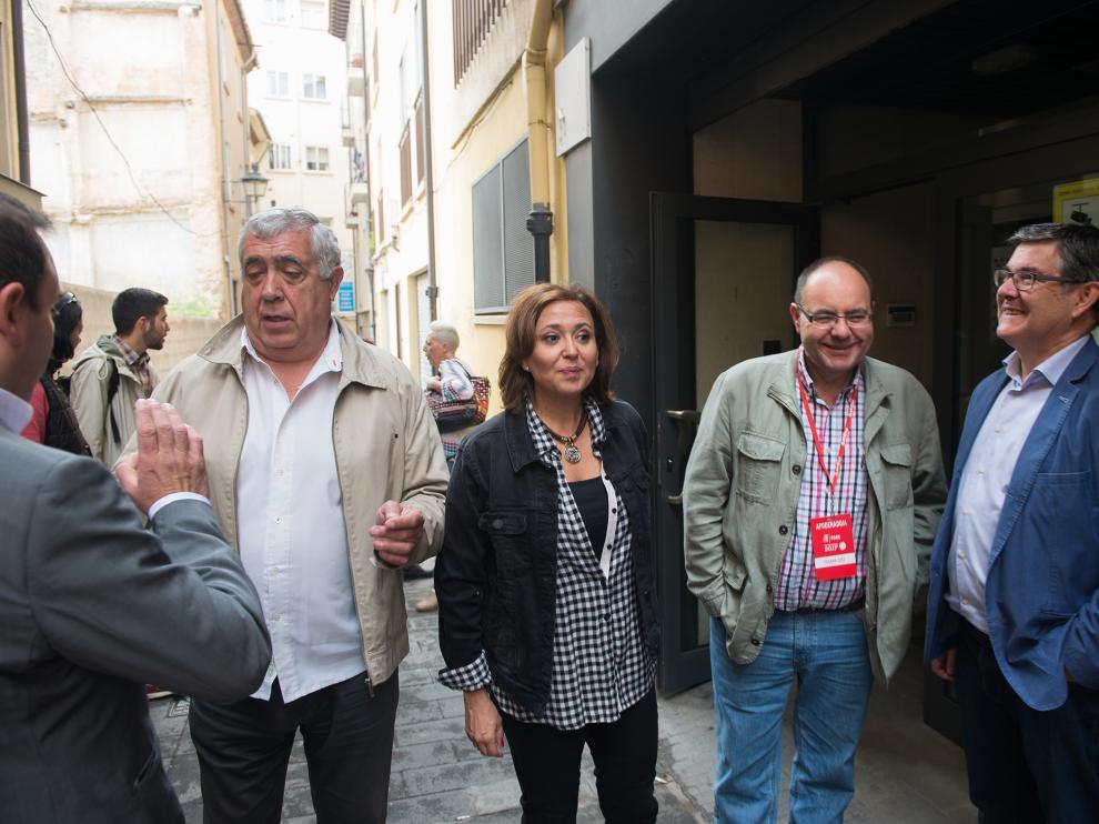 Miembros del Gobierno de Aragón votan en Teruel a su candidato en las primarias del PSOE.