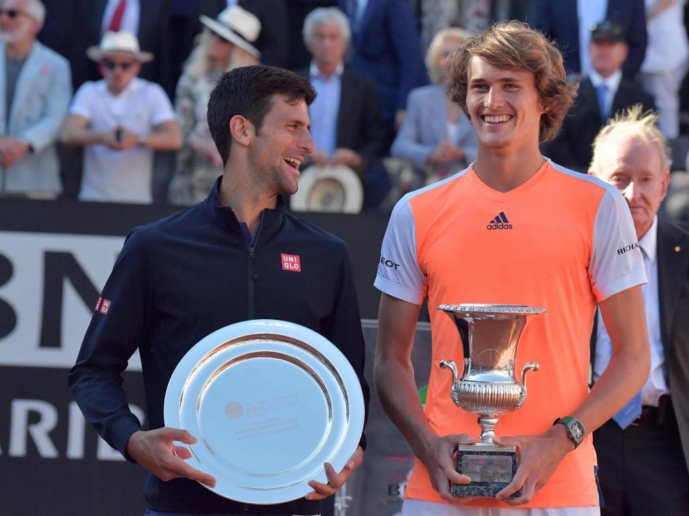 Djokovic y Zverev posan con sus respectivos trofeos en Roma.