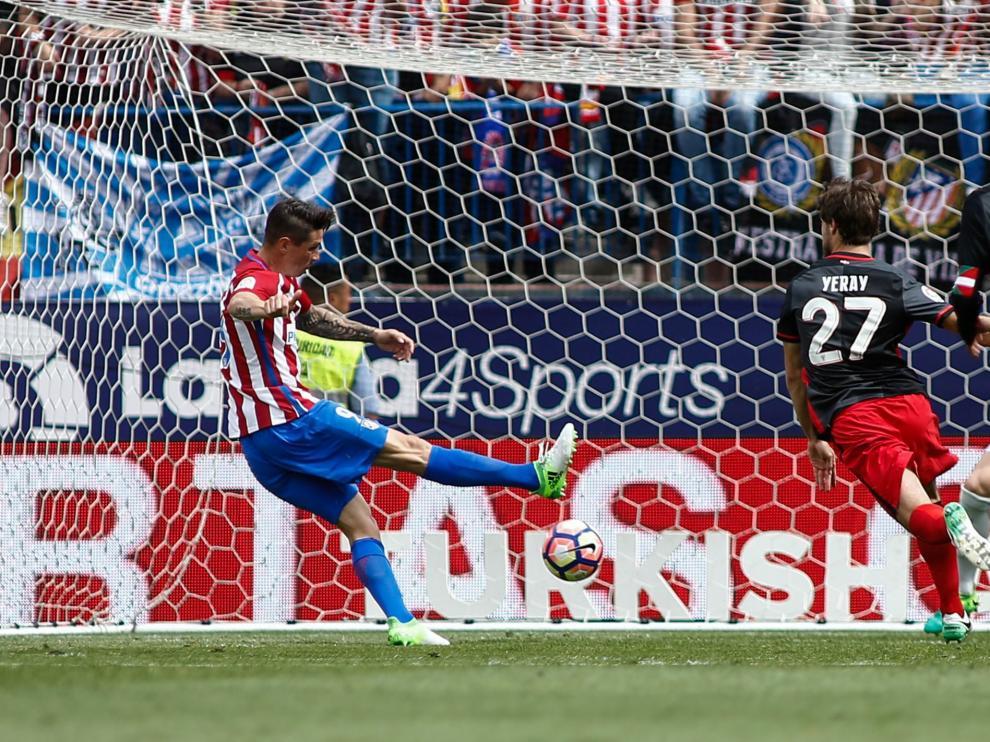 Torres mancando en el Vicente Calderón este domingo.